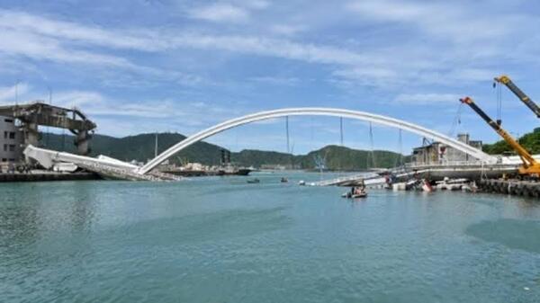 صورة انهيار جسر في تايوان يحصد 6 قتلى وإصابة 12 اخرين والبحث متواصل
