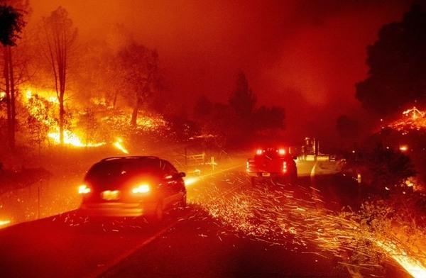 صورة إخلاء 180 الف شخص منازلهم لتساع رقعة الحرائق بكاليفورنيا