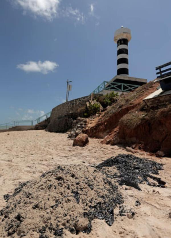 صورة بالصور تسرب نفطى مجهول أدى الى ضرب 130 شاطئ بالبرازيل