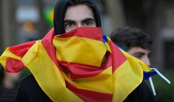 إسبانيا: صدمات ما بين الشرطة ومحتجين مؤيدين لكتالونيا لليوم الثالث على التوالي