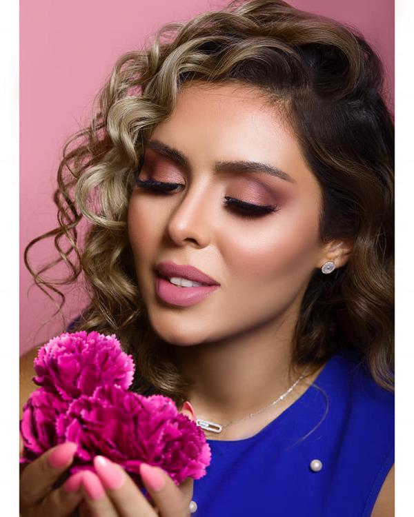 جلسة تصوير مبهرة تجمع سارة عبد العزيز بخبيرة التجميل منار جميل