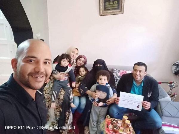 صورة صادق الحداد والدكتور وليد علي يوزعون هدايا عيد الام بالإسماعيلية
